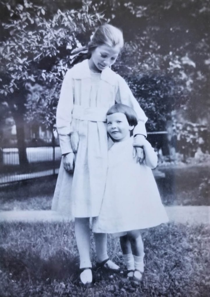 Aunt Midge (left) and Jackie's Mother