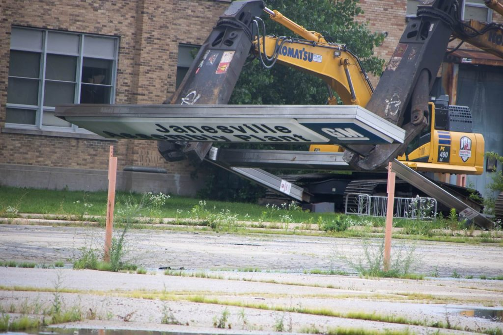 GM sign comes down - Photo by Abb's Tracks Photography